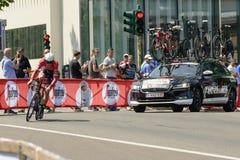 Mads Pedersen konkurent i podąża usługowy samochód przy Giro 2017 Obraz Royalty Free