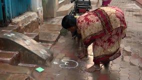 Madurai, Индия - 20180308 - женщина рисует утку перед домом с порошком риса акции видеоматериалы