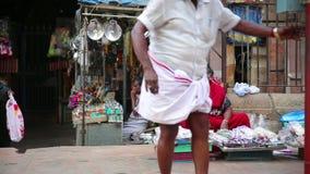 MADURAI, ИНДИЯ - МАРТ 2013: Женщина продавая товары в улице акции видеоматериалы