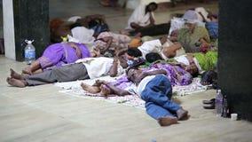 MADURAI, ИНДИЯ - МАРТ 2013: Люди спать в улице акции видеоматериалы