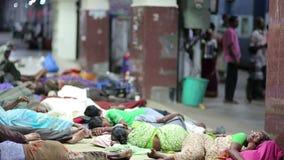 MADURAI, ИНДИЯ - МАРТ 2013: Люди спать на железнодорожном вокзале сток-видео