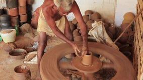 Madurai, Индия - 20180310 - человек использует полностью ручное колесо гончара - начинает бак от прежнего основания акции видеоматериалы