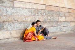 MADURAI, INDIA - FEBRUARI 16: Een niet geïdentificeerde jonge mens en een woma Stock Foto's