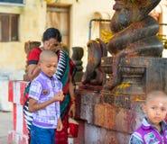 MADURAI, INDIA - FEBRUARI 16: Een niet geïdentificeerde jongen en een vrouw comm Royalty-vrije Stock Foto