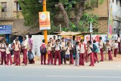 MADURAI INDIA, LUTY, - 15: Niezidentyfikowane chłopiec w szkole uni Fotografia Stock