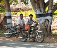 MADURAI INDIA, LUTY, - 17: Niezidentyfikowani mężczyzna siedzą dalej Zdjęcia Royalty Free