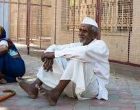 MADURAI INDIA, LUTY, - 16: Niezidentyfikowany mężczyzna odpoczywa blisko Zdjęcie Stock