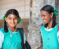 MADURAI, INDIEN - 16. FEBRUAR: Ein nicht identifiziertes lächelndes Mädchen in Sc Lizenzfreie Stockfotografie