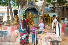 MADURAI, INDIEN - 16. FEBRUAR: Nicht identifizierte Jungen und Frau herein Lizenzfreie Stockbilder