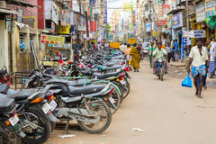 MADURAI, INDIEN - 15. FEBRUAR: Straße der indischen Stadt voll eines unid Lizenzfreie Stockbilder
