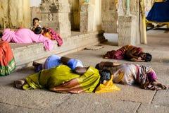 MADURAI INDIEN - FEBRUARI 16: Ett oidentifierat vallfärdar och barnet Arkivfoto