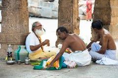 MADURAI INDIEN - FEBRUARI 16: Hinduisk brahman med religiös attri Arkivfoto