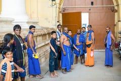 MADURAI INDIEN - FEBRUARI 16: Står oidentifierade män a Royaltyfri Fotografi