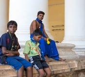 MADURAI, LA INDIA - 16 DE FEBRERO: Los hombres jovenes no identificados son sitt Fotografía de archivo libre de regalías