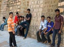 MADURAI, LA INDIA - 16 DE FEBRERO: Los hombres jovenes no identificados son stan Foto de archivo