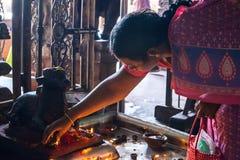 MADURAI, LA INDIA - 16 DE FEBRERO: Una mujer no identificada confía ritu Imágenes de archivo libres de regalías