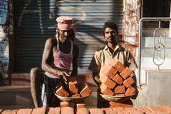 23 Madurai Luty 2018, India, dwa indyjskiego pracownika wewnątrz outdoors z talerza ful cegły Zdjęcie Royalty Free