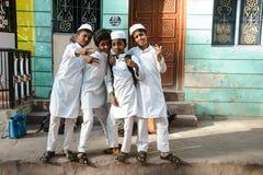 23 Madurai Luty 2018, India, indyjscy muzułmańscy ucznie żartują pozować wewnątrz outdoors Obrazy Stock