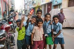 23 Madurai Luty 2018, India, indyjscy ucznie żartują pozować wewnątrz outdoors Zdjęcia Royalty Free