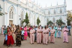 23 Madurai Luty 2018, India tłum indyjscy chrześcijanie ono modli się w świętego ` s Maryjnym Katolickim Katedralnym kościół Zdjęcie Royalty Free