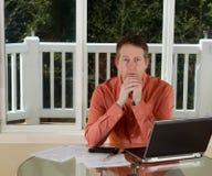 Madure al hombre en pensamiento mientras que trabaja de hogar Fotografía de archivo libre de regalías
