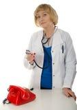 Madure el doctor y el teléfono Imagen de archivo libre de regalías