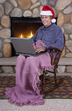 Madure el sombrero mayor de Santa de la computadora portátil de la Navidad de la mujer Foto de archivo libre de regalías