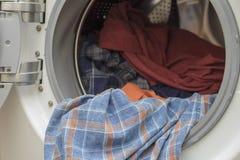 Madure a la mujer que hace el lavadero Imágenes de archivo libres de regalías