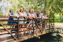 Madure a la pareja con nueve niños en el puente Imagen de archivo