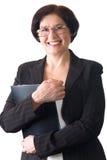 Madure la secretaria o a la empresaria sonriente atractiva aislada imagenes de archivo