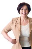 Madure la secretaria o a la mujer de negocios sonriente atractiva aislada Imagen de archivo libre de regalías
