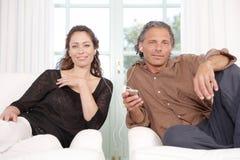 Madure los pares que comparten los auriculares. Fotografía de archivo