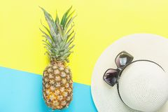 ` Maduro s Straw Hat Sunglasses de la mujer de la piña en el fondo azul amarillo de Duotone de la fractura Frutas tropicales del  imagen de archivo libre de regalías