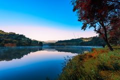 Mae星期一湖在清莱,泰国在早晨 免版税图库摄影