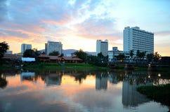 一家餐馆和大厦横跨Mae砰地作声河在日落清迈泰国 免版税图库摄影