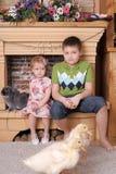 Małe dzieci z królikiem i kaczątkami Zdjęcia Royalty Free