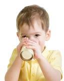 Małe dziecko pije mleko lub kefir odizolowywający Fotografia Royalty Free