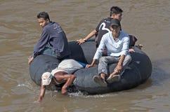 MAE-FYLLBULT, THAILAND NOVEMBER 12TH: Burmese som korsar Moeiet River på a Royaltyfri Bild
