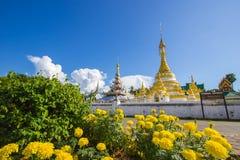 Mae Hong Son, noordelijk Thailand op 19,2017 November: Wat Chong Kham en Wat Chong Klang, de tweeling Birmaans-Stijltempels met b stock fotografie