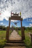 Mae Hong Son-Provinz, Nord-Thailand 19,2017 im November: SU Tong Pae Bridge, die Bambusbrücke des Glaubens über dem Reis fängt w  Lizenzfreies Stockfoto