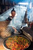 Mae Hong Son, Thailand - 25. Dezember 2016: Kochende Stammgroßmutter und Paprika für Nahrung in der Küche zubereiten lizenzfreies stockbild