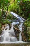 Mae Kampong Waterfall in foresta verde Fotografia Stock