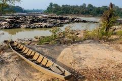 Mae Khong-Flussbank an Thailand- und Laos-Grenze, hölzernes Boot auf dem Ufer Lizenzfreie Stockfotos