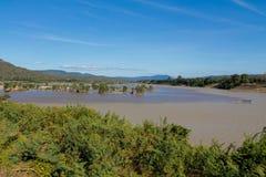 Mae Khong zwei färben Flussbank an Thailand- und Laos-Grenze Stockfoto