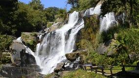 Mae Klang Waterfall de Tailandia (cámara lenta) almacen de metraje de vídeo