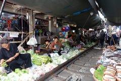 Mae Klong αώμον όλο το προϊόν στο σιδηρόδρομο Στοκ Φωτογραφία