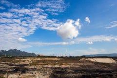Mae Moh kopalnia, Lampang jezioro z bielu dymem emitującym od kominu zdjęcie stock