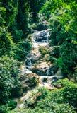 Mae Sa-Wasser fällt in den Wald bei Mae Rim, Chiang Mai, Thailan lizenzfreies stockfoto