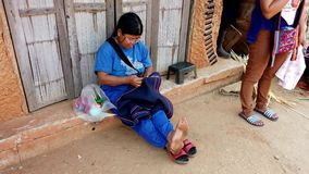 Mae Saiong 泰国- 2019-03-11 -妇女坐地面和结束地毯通过缝合 股票视频