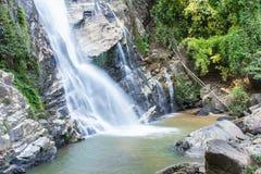Mae Tia瀑布, Ob肺国家公园在Chiangmai泰国 免版税库存照片